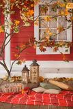 Comida campestre del otoño en el mirador de una casa de campo Imágenes de archivo libres de regalías