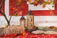 Comida campestre del otoño en el mirador de una casa de campo Fotos de archivo