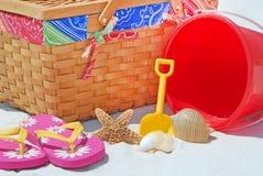 Comida campestre en la playa Imagen de archivo