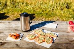 Comida campestre en un día soleado Imágenes de archivo libres de regalías
