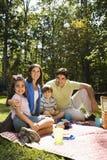 Comida campestre feliz de la familia. foto de archivo libre de regalías