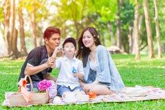 Comida campestre feliz del día de fiesta de la familia adolescente asiática Imagen de archivo libre de regalías