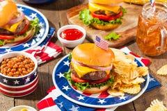 Comida campestre hecha en casa de la hamburguesa de Memorial Day Imagen de archivo libre de regalías