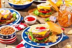 Comida campestre hecha en casa de la hamburguesa de Memorial Day Foto de archivo libre de regalías