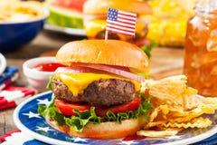 Comida campestre hecha en casa de la hamburguesa de Memorial Day Fotografía de archivo