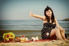 Comida campestre Mujer hermosa que se sienta en la manta Foto de archivo libre de regalías