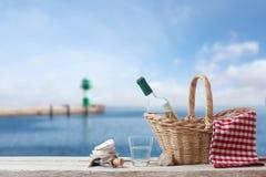 Comida campestre para una persona en el mar Fotografía de archivo