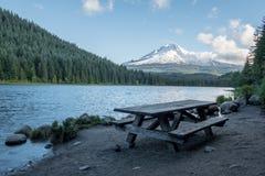 Comida campestre por el lago Fotos de archivo libres de regalías