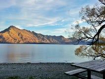 Comida campestre por el lago Fotografía de archivo
