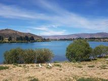 Comida campestre relajante por el lago Foto de archivo libre de regalías