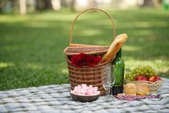Comida campestre romántica Foto de archivo libre de regalías