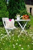 Comida campestre romántica del jardín Fotos de archivo libres de regalías