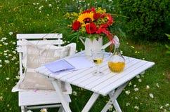 Comida campestre romántica del jardín Foto de archivo libre de regalías