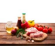 Comida. Carne cruda para la barbacoa con las verduras frescas Imagenes de archivo
