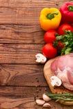 Comida. Carne cruda para la barbacoa con las verduras frescas Foto de archivo libre de regalías