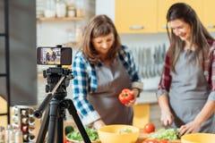Comida casera de la consumici?n sana que cocina el blog video imagen de archivo libre de regalías