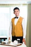 Comida china asiática de la porción del camarero del servicio de habitación en hotel Fotos de archivo