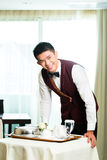 Comida china asiática de la porción del camarero del servicio de habitación en hotel Fotografía de archivo