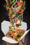 Comida china caliente en caja Imagenes de archivo
