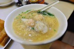 Comida china de los tallarines de la bola de masa hervida del camarón de Hong Kong (borroso) Fotografía de archivo
