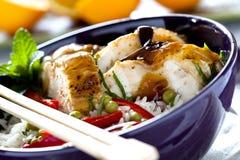 Comida china sabrosa en un tazón de fuente Foto de archivo libre de regalías