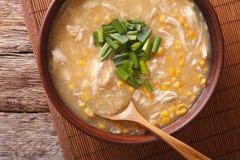 Comida china: sopa del maíz con el primer del pollo y de las cebollas horizo Imagen de archivo