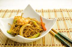 Comida china, tallarines con los camarones imagen de archivo libre de regalías