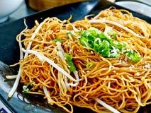 Comida china, tallarines fritos Fotos de archivo libres de regalías
