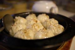 Comida china tradicional de bollos rellenos cocidos al vapor en el vapor de bambú imagen de archivo libre de regalías