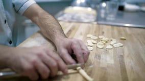 Comida, cocina italiana, culinario, gente y concepto el cocinar - cocinero hermoso italiano que cocina el plato italiano tradicio almacen de video
