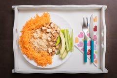 Comida cocinada vegano con la quinoa, las verduras y el queso ahumado del queso de soja Foto de archivo libre de regalías