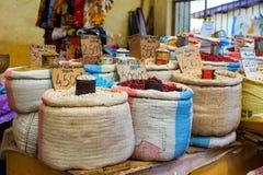 Comida coloreada en un mercado local fotos de archivo libres de regalías
