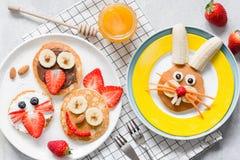Comida colorida del desayuno para los niños Arte divertido de la comida de Pascua, visión superior foto de archivo