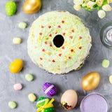 Comida colorida divertida de Pascua para los niños con las decoraciones en la tabla Concepto de la cena de Pascua imágenes de archivo libres de regalías