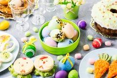 Comida colorida divertida de Pascua para los niños con las decoraciones en la tabla Concepto de la cena de Pascua imagen de archivo libre de regalías