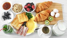 Comida completa del desayuno apetitoso fresco de la visión superior en tiro de servicio de la toma panorámica de la tabla almacen de metraje de vídeo