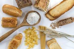 Comida con la base del gluten en el piso blanco y entero, en el fondo blanco fotografía de archivo libre de regalías