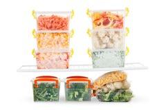 Comida congelada en el refrigerador Verduras en los estantes del congelador Fotografía de archivo