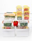 Comida congelada en el refrigerador Verduras en los estantes del congelador Imagenes de archivo