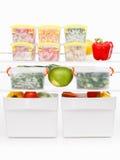 Comida congelada en el refrigerador Verduras en los estantes del congelador Foto de archivo libre de regalías