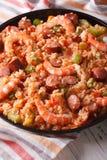 Comida criolla: jambalaya con el primer del camarón y de la salchicha Vertica Imagen de archivo libre de regalías