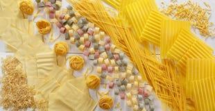 Comida cruda de las pastas italianas de los macarrones Fotos de archivo