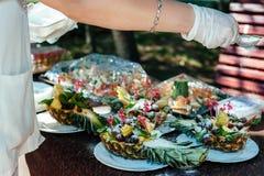 Comida de abastecimiento de la comida fría interior en restaurante de lujo Foto de archivo