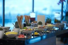 Comida de abastecimiento del buffet en el restaurante del hotel, primer celebración foto de archivo