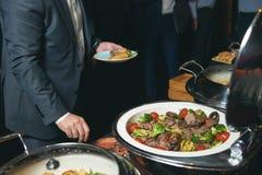 Comida de abastecimiento de la comida fría interior en restaurante de lujo Imagen de archivo