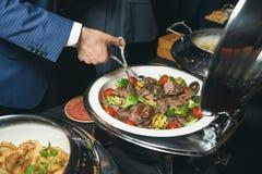 Comida de abastecimiento de la comida fría interior en restaurante de lujo Fotos de archivo libres de regalías