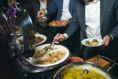 Comida de abastecimiento de la comida fría interior en restaurante de lujo Imagenes de archivo