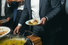 Comida de abastecimiento de la comida fría interior en restaurante de lujo Fotografía de archivo