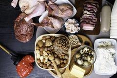 Comida de alto valor proteico para los culturistas del filete magro, coronilla del cerdo, leche, queso, pollo, habas de los huevo fotografía de archivo libre de regalías