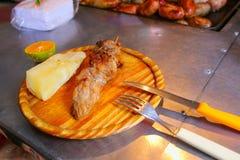 Comida de Asado en una tabla de cortar en la parada de calle en Asuncion, Parag Fotografía de archivo libre de regalías